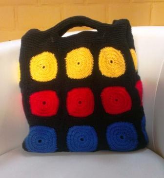 gehaakte tas in rood, blauw, geel en zwart