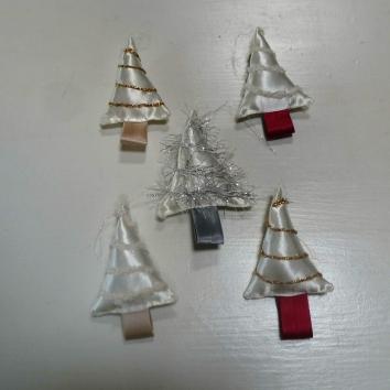 handgemaakte kerstboompjes van restjes stof en wol