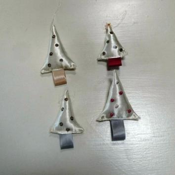 handgemaakte kerstboompjes van restjes stof en kralen wol