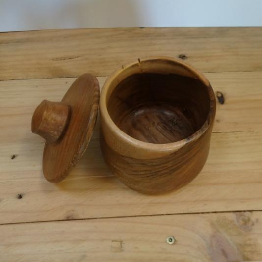 houten pot in notelaar
